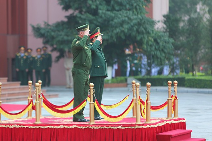 Cận cảnh Bộ trưởng Ngô Xuân Lịch đón Bộ trưởng Quốc phòng Nga Sergei Shoigu - Ảnh 2.