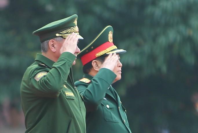 Cận cảnh Bộ trưởng Ngô Xuân Lịch đón Bộ trưởng Quốc phòng Nga Sergei Shoigu - Ảnh 3.