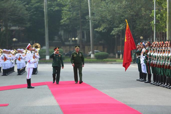Cận cảnh Bộ trưởng Ngô Xuân Lịch đón Bộ trưởng Quốc phòng Nga Sergei Shoigu - Ảnh 1.