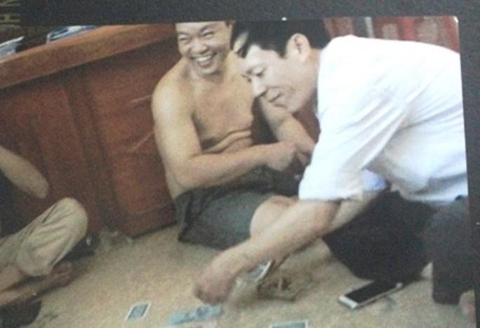 """Bị phạt 7,5 triệu đồng, 5 """"quan xã"""" đánh bài ăn tiền thoát án hình sự - Ảnh 1."""