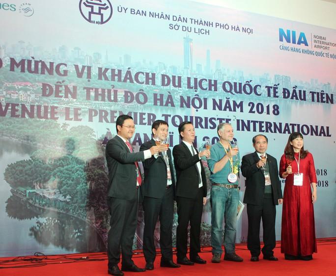 Vietnam Airlines đón du khách đầu tiên của năm 2018 - Ảnh 2.
