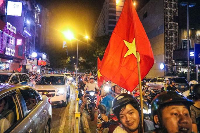 Cả Sài Gòn rực đỏ mừng U23 Việt Nam và HLV Park Hang Seo - Ảnh 6.