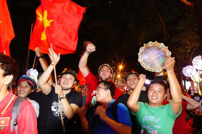 Cả Sài Gòn rực đỏ mừng U23 Việt Nam và HLV Park Hang Seo - Ảnh 24.