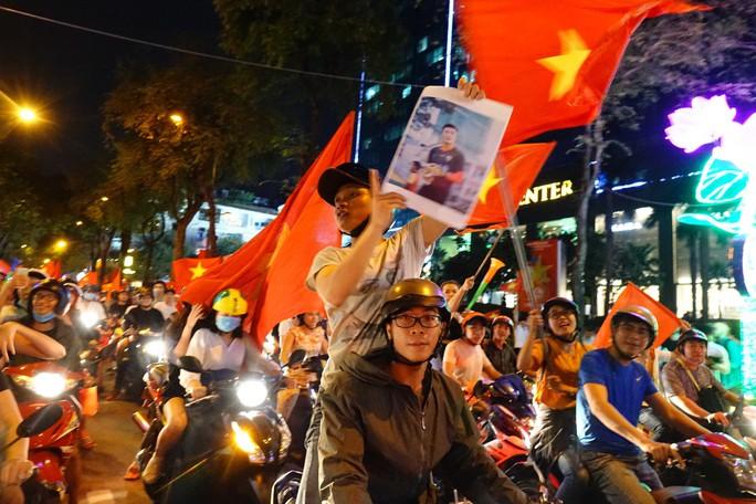 Cả Sài Gòn rực đỏ mừng U23 Việt Nam và HLV Park Hang Seo - Ảnh 23.
