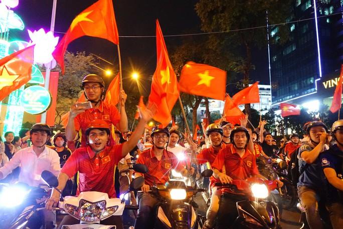Cả Sài Gòn rực đỏ mừng U23 Việt Nam và HLV Park Hang Seo - Ảnh 25.