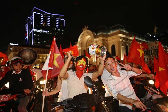 Cả Sài Gòn rực đỏ mừng U23 Việt Nam và HLV Park Hang Seo - Ảnh 29.