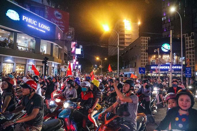 Cả Sài Gòn rực đỏ mừng U23 Việt Nam và HLV Park Hang Seo - Ảnh 5.