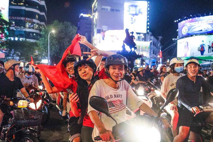 Cả Sài Gòn rực đỏ mừng U23 Việt Nam và HLV Park Hang Seo - Ảnh 4.