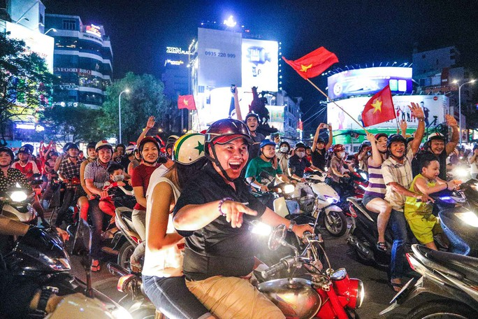 Cả Sài Gòn rực đỏ mừng U23 Việt Nam và HLV Park Hang Seo - Ảnh 3.