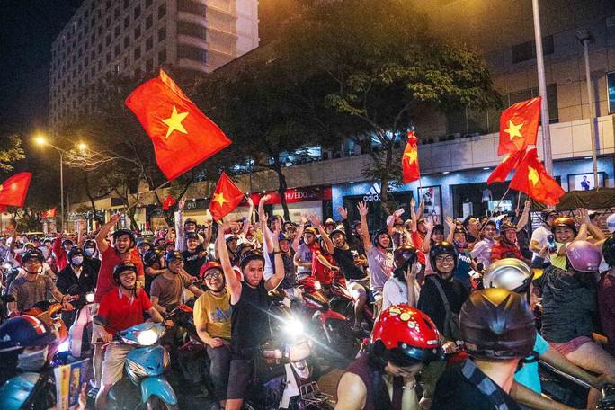 Cả Sài Gòn rực đỏ mừng U23 Việt Nam và HLV Park Hang Seo - Ảnh 2.
