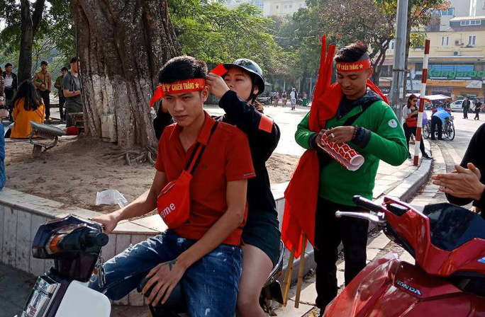 Biển người đổ về hồ Gươm sướng cùng U23 Việt Nam - Ảnh 38.