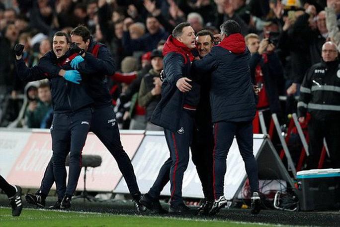 Ra mắt siêu trung vệ, Liverpool gục ngã trước Swansea - Ảnh 6.