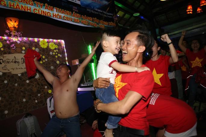 Người dân TP HCM và Vũng Tàu đổ ra đường mừng U23 Việt Nam - Ảnh 10.