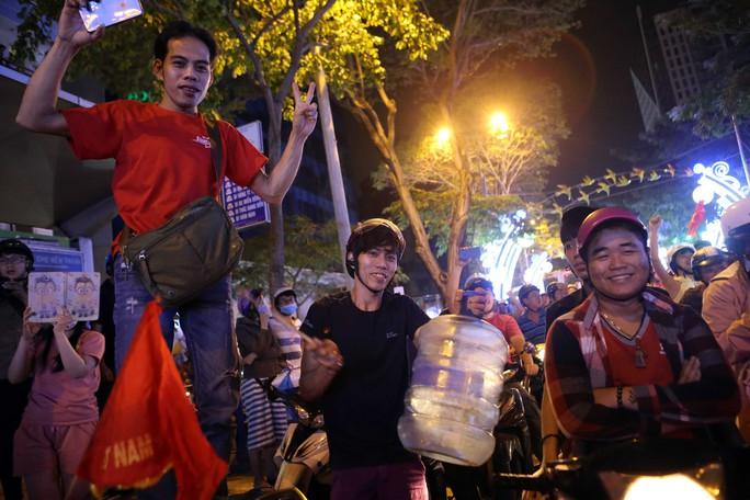 Người dân TP HCM và Vũng Tàu đổ ra đường mừng U23 Việt Nam - Ảnh 9.