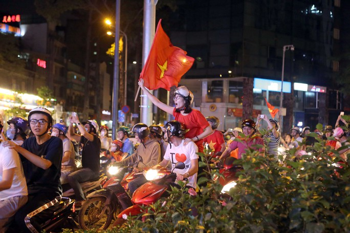 Người dân TP HCM và Vũng Tàu đổ ra đường mừng U23 Việt Nam - Ảnh 7.