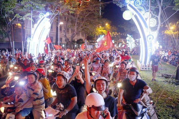 Người dân TP HCM và Vũng Tàu đổ ra đường mừng U23 Việt Nam - Ảnh 6.
