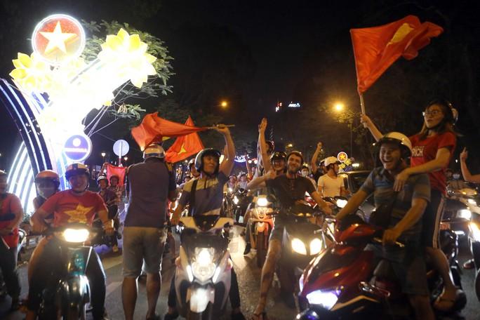 Người dân TP HCM và Vũng Tàu đổ ra đường mừng U23 Việt Nam - Ảnh 3.