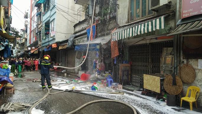 Hà Nội: Cháy lớn nhà 4 tầng kinh doanh đồ nhựa trên phố - Ảnh 1.