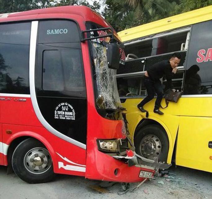 2 xe khách đấu đầu, hành khách hoảng sợ phá kính chui ra ngoài - Ảnh 3.