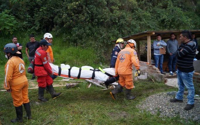 Hàng ngàn mét khối đất đá đẩy xe buýt rơi xuống vực - Ảnh 1.