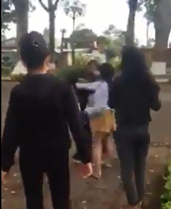 2 nhóm thiếu nữ dùng nón bảo hiểm lao vào đánh nhau - Ảnh 3.