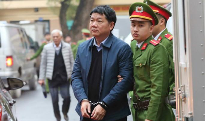 Ám ảnh chiếc còng số 8 trên tay ông Đinh La Thăng - Ảnh 1.