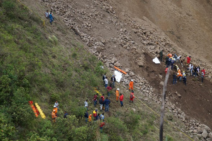Hàng ngàn mét khối đất đá đẩy xe buýt rơi xuống vực - Ảnh 2.