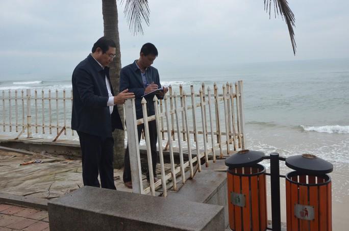 Chủ tịch Đà Nẵng thị sát bãi biển bị xâm thực - Ảnh 3.