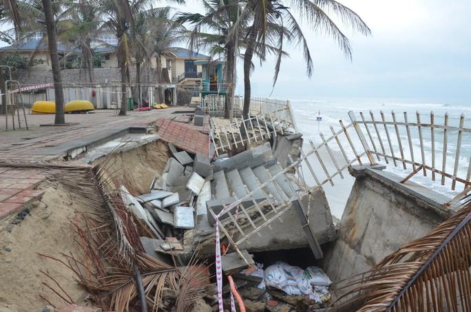 Chủ tịch Đà Nẵng thị sát bãi biển bị xâm thực - Ảnh 4.