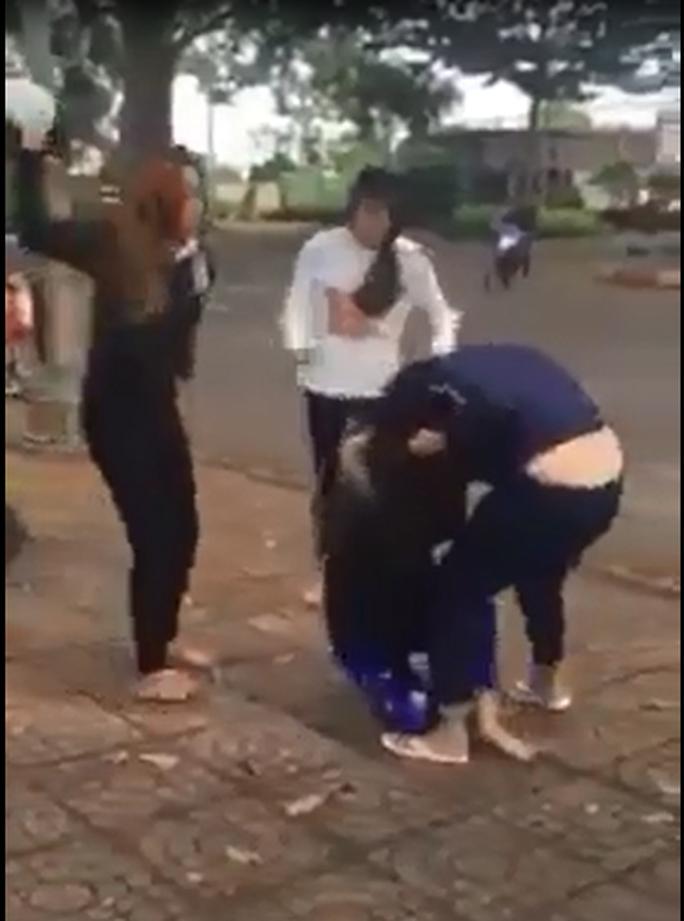 2 nhóm thiếu nữ dùng nón bảo hiểm lao vào đánh nhau - Ảnh 2.