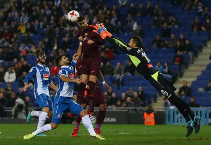 Messi hỏng phạt đền, Barcelona thua sốc Espanyol - Ảnh 3.
