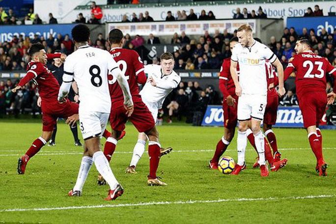 Ra mắt siêu trung vệ, Liverpool gục ngã trước Swansea - Ảnh 4.