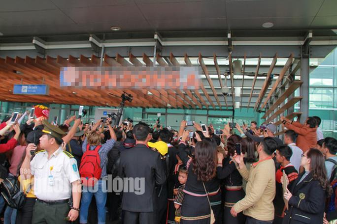 Hàng ngàn người dân chào đón Hoa hậu H'Hen Niê - Ảnh 11.