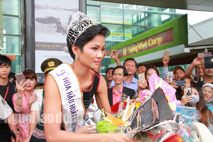 Hàng ngàn người dân chào đón Hoa hậu H'Hen Niê - Ảnh 8.