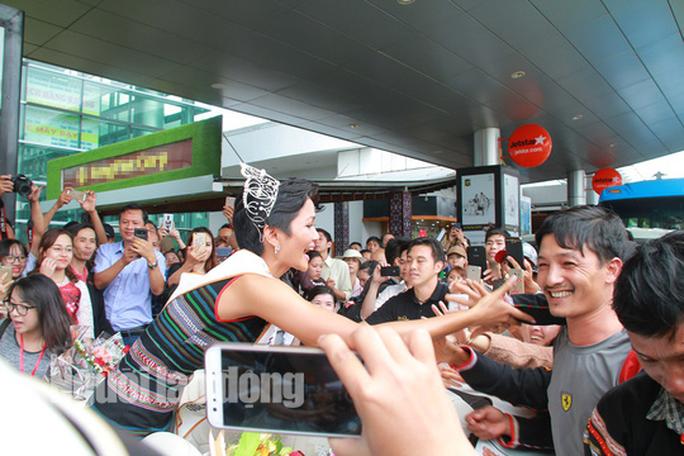 Hàng ngàn người dân chào đón Hoa hậu H'Hen Niê - Ảnh 9.