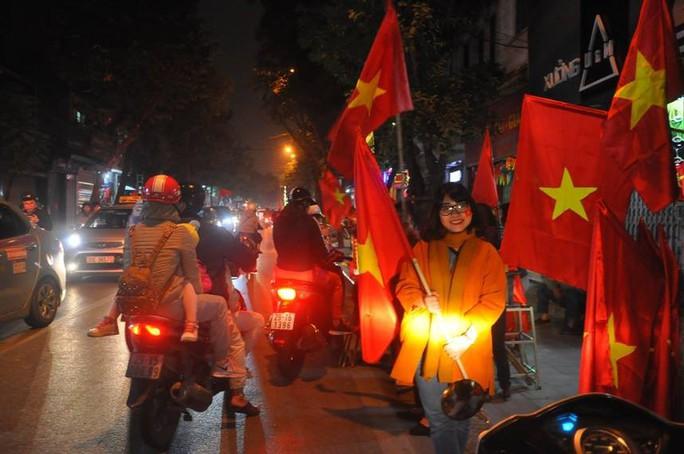 Ngập sắc đỏ mừng chiến thắng nức lòng của U23 Việt Nam - Ảnh 5.