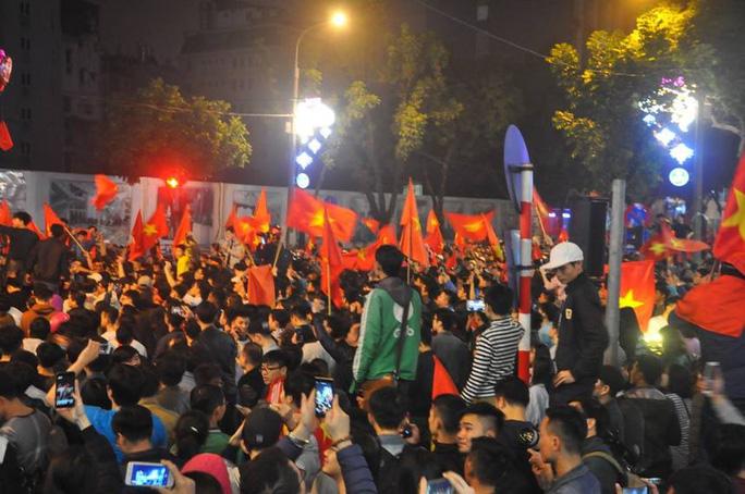 Ngập sắc đỏ mừng chiến thắng nức lòng của U23 Việt Nam - Ảnh 3.