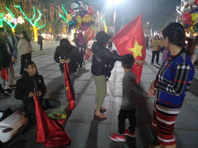 Ngập sắc đỏ mừng chiến thắng nức lòng của U23 Việt Nam - Ảnh 12.