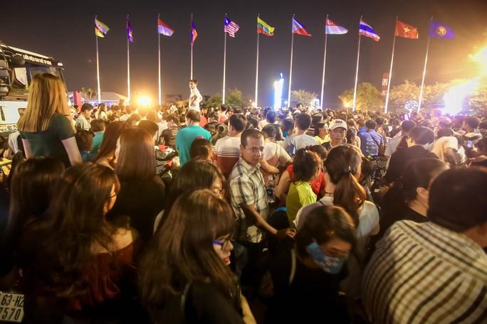 Người dân TP HCM mãn nhãn với pháo hoa  mừng năm mới 2018 - Ảnh 3.