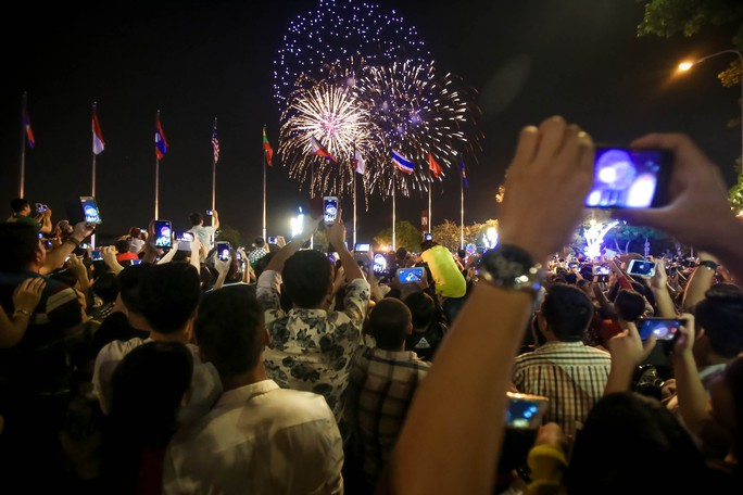 Người dân TP HCM mãn nhãn với pháo hoa  mừng năm mới 2018 - Ảnh 5.
