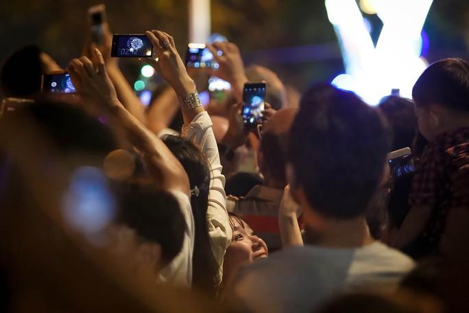 Người dân TP HCM mãn nhãn với pháo hoa  mừng năm mới 2018 - Ảnh 10.