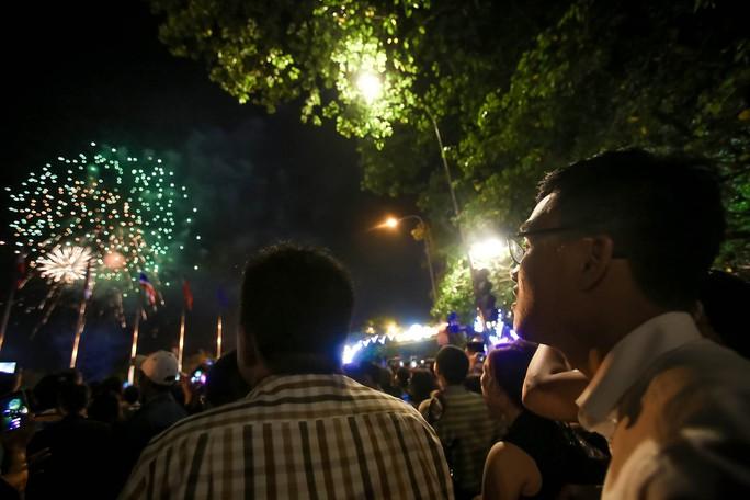 Người dân TP HCM mãn nhãn với pháo hoa  mừng năm mới 2018 - Ảnh 8.