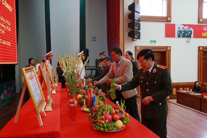 Trao bằng Tổ quốc ghi công cho 3 công an hy sinh trong vụ nổ ở Đắk Lắk - Ảnh 2.
