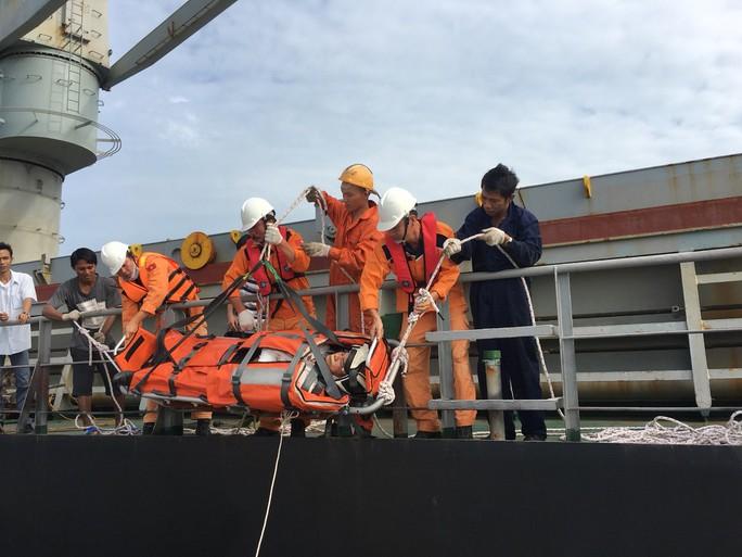 Khẩn trương đưa 2 thuyền viên nước ngoài vào bờ cấp cứu - Ảnh 2.