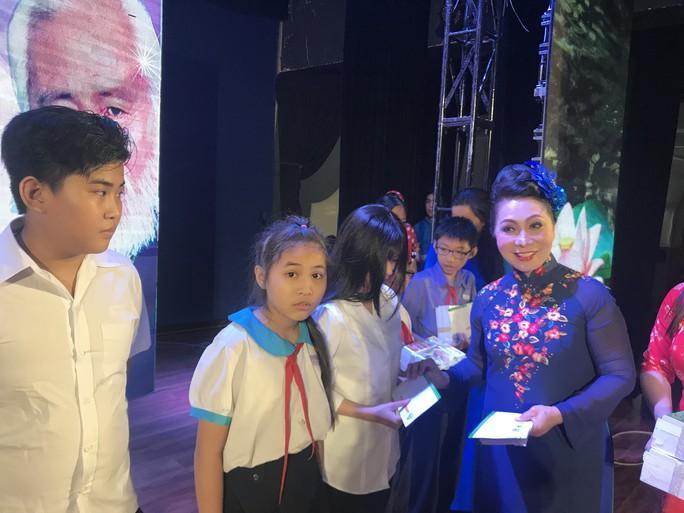 NSND Bạch Tuyết xúc động trao học bổng Nhạc sĩ Bắc Sơn - Ảnh 1.