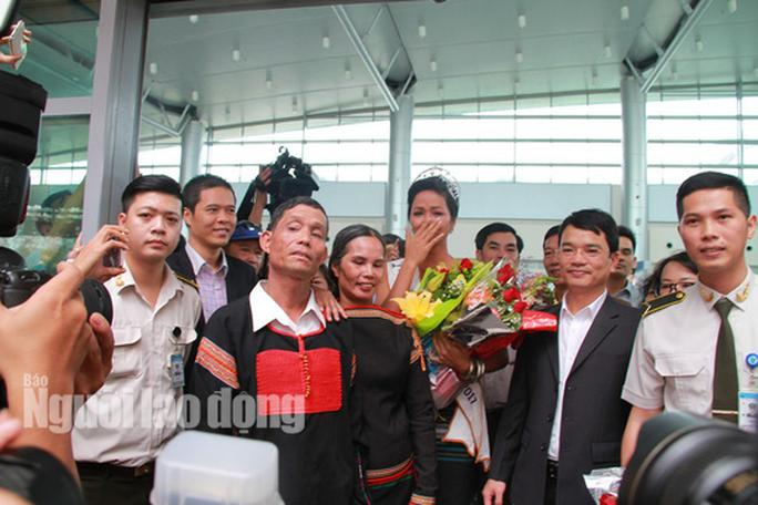 Hàng ngàn người dân chào đón Hoa hậu H'Hen Niê - Ảnh 7.