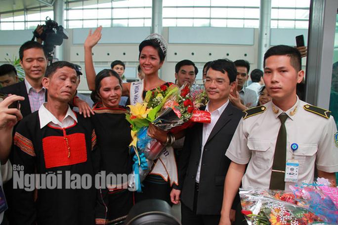 Hàng ngàn người dân chào đón Hoa hậu H'Hen Niê - Ảnh 6.