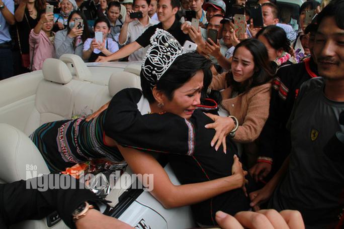 Hàng ngàn người dân chào đón Hoa hậu H'Hen Niê - Ảnh 10.
