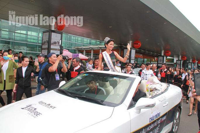 Hàng ngàn người dân chào đón Hoa hậu H'Hen Niê - Ảnh 12.