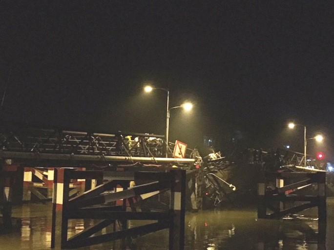 Sập cầu Long Kiển, xe ben và xe máy rớt xuống sông - Ảnh 2.